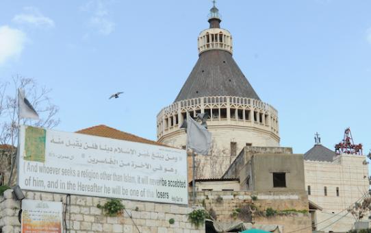 Muzułmanie krzyczą przy domu Jezusa: islam zdominuje świat!