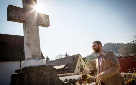 Usuwamy krzyże i ołtarze, by uchodźcy poczuli się lepiej