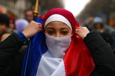 Francja wobec dylematu: szaria albo wojna domowa