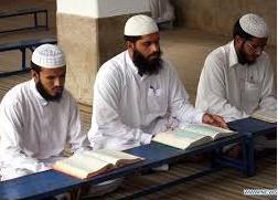 Muzułmański duchowny studiuje Biblię