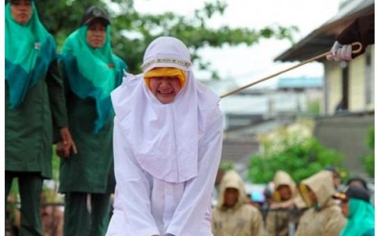 Tolerancyjny islam - ubiczowanie kobiety za stanie zbyt blisko mężczyzny